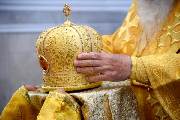 Для чего духовенство носит митру