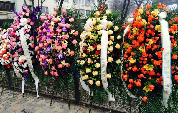 Купить венки из живых цветов в Москве