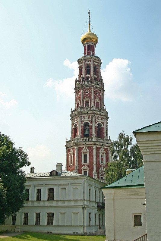 Колокольня Новодевичьего монастыря.